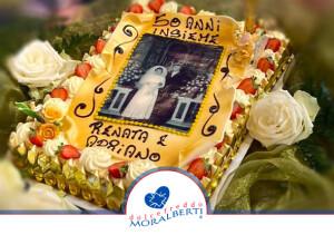 torta-compleanno-50-anni-matrimonio-decorata-panna-e-frutta-pergamena-con-cialda-stampata-con-foto-matrimonio-dolcefreddo-moralberti-pasticceria-artigianale-italiana