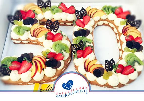 torta-compleanno-50-anni-sagomata-decorata-frutta-sagome-di-cioccolata-dolcefreddo-moralberti-pasticceria-artigianale-italiana
