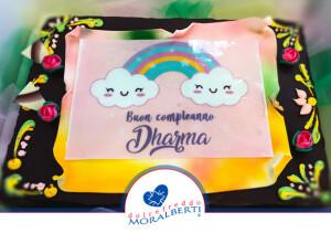 torta-compleanno-pergamena-e-stampa-su-cialda-con-disegno-arcobaleno-e-scritta-inoltrate-dal-cliente-dolcefreddo-moralberti-pasticceria-artigianale-italiana