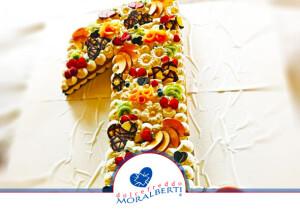 torta-compleanno-sagomata-decorata-frutta-biscottini-dolcefreddo-moralberti-pasticceria-artigianale-italiana